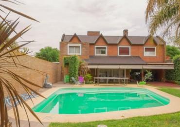Imponente casa, con parque, pileta y grandes galerias para disfrutar del verano en familia, sin alejarte de Rosario.